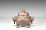 SHEN QUHUA: AN INSCRIBED YIXING TRIPOD JAR WITH COVER