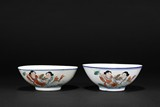 A PAIR OF FAMILLE ROSE FIGURES BOWLS