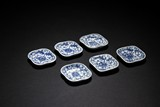 A SET OF SIX BLUE AND WHITE SMALL DISHES