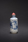 A BLUE AND WHITE 'FIGURES' SNUFF BOTTLE