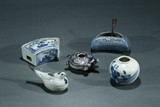 A SET OF FIVE BLUE AND WHITE CERAMIC OBJECTS