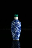A BLUE AND WHITE 'FLORAL SCROLL' SNUFF BOTTLE