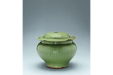 A RARE LONGQUAN CELADON RIBBED JAR AND COVER