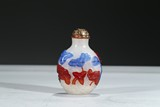 A TWO-COLOR OVERLAY WHITE GLASS SNUFF BOTTLE