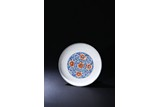 AN UNDERGLAZED BLUE AND ENAMELLED 'FLORAL' DISH