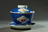 A BLUE AND WHITE AND FAMILLE ROSE TEA CUP